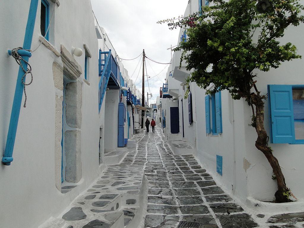 1024px-Street_in_Mykonos