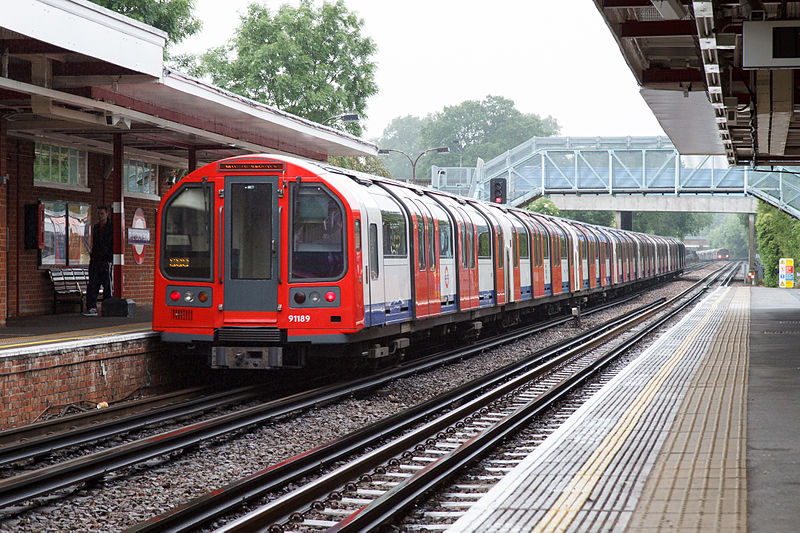 800px-London_Underground_1992_Stock_at_Theydon_Bois_by_tompagenet
