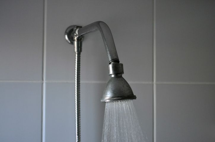 bathroom-shower-with-hot-water-725x482