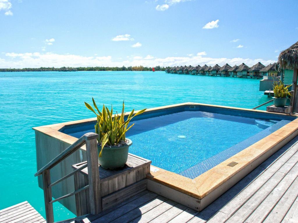 1024x768_jacuzzi_hot_tub_plunge_pool_on_luxury_water_villa_bungalow_bora_bora_blue_lagoon_tahiti_polynesia-1504229